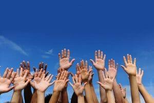 Raise your hands ou Rise your hands?